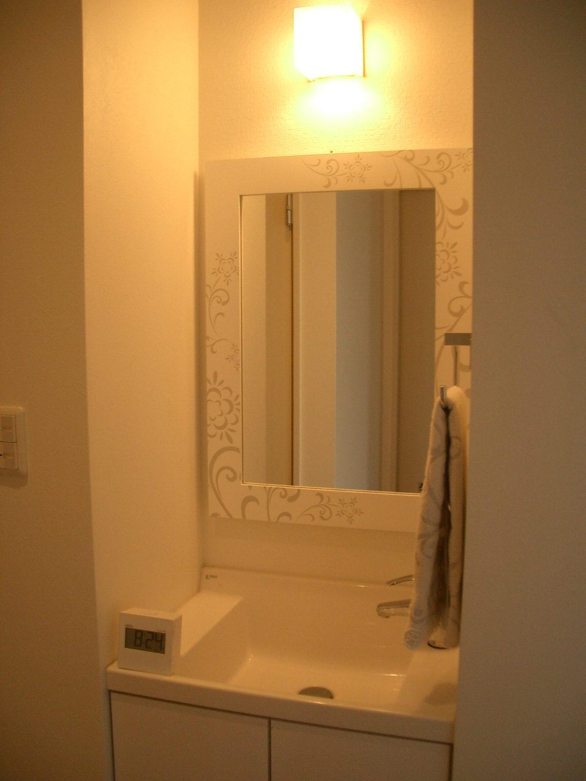 トイレ前のミラーとライトアップ