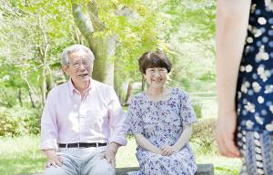 老夫婦が公園で座っている写真